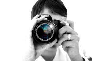 fotograf-slubny-korzysta-z-lustrzanki
