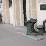 Pomnik_ławki_w_krajobrazie_ulicy